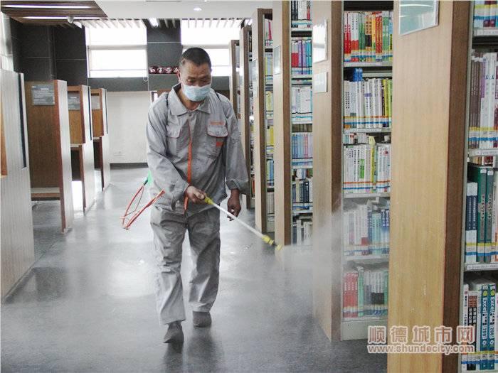 專業消毒人員對北滘圖書館的地面進行殺菌消毒處理.jpg