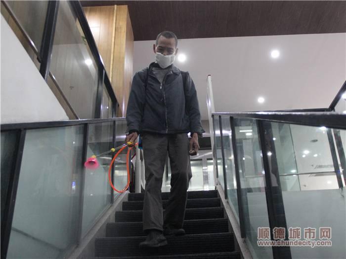 專業消毒人員對北滘圖書館的樓梯進行殺菌消毒處理.jpg
