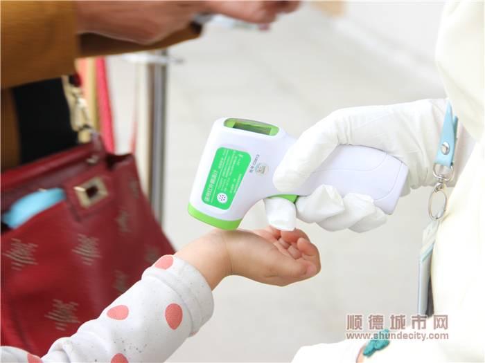 和園工作人員對入園游客進行體溫檢測.jpg