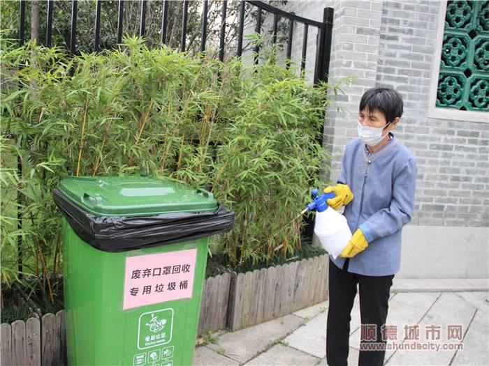和園工作人員對回收廢棄口罩專用垃圾桶進行消毒.jpg
