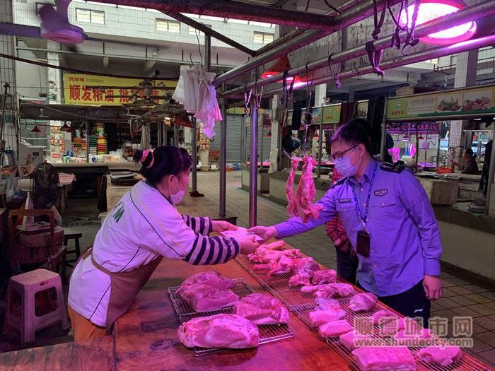 工作人员对农贸市场食品进行安全检查.jpg